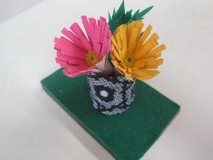 紙で出来た菊が完成しました。