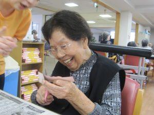 笑顔で紙を切っています