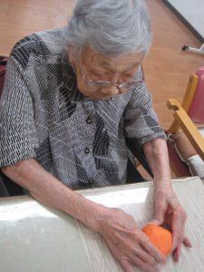 オレンジの花紙を張り付けて。