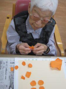 和紙を手でちぎる