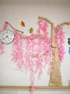 壁に咲いた枝垂れ桜