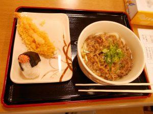 お店と同じうどん、天ぷら、おにぎり